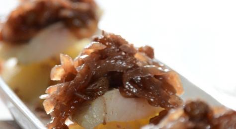 Winne śledzie z konfiturą z cebuli na marynowanej gruszce