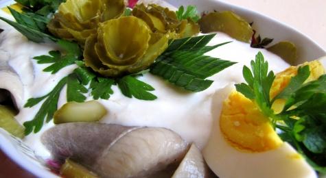 Śledziki i jajeczka z sosem musztardowo-jogurtowym