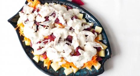Sałatka ziemniaczano-śledziowa z chrzanowym sosem